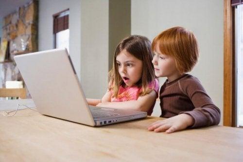 bilgisayar başındaki kız çocuklar