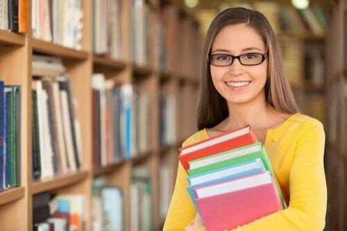 kütüphanede ders çalışan kız