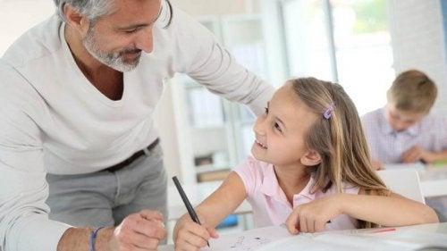 çocuk ve öğretmeni