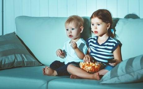 televizyon izleyen iki kardeş