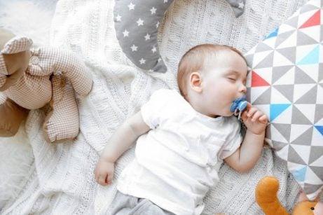 ağzında emzikle uyuyan bebek