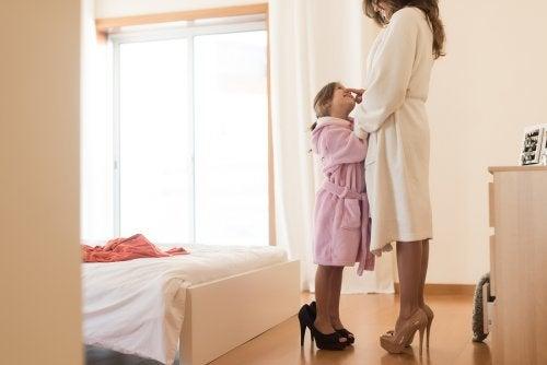 Annesini taklit eden kız