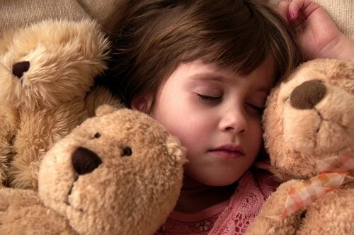 ayıcıklarla yatan çocuk rüyada dişlerin döküldüğünü görmek