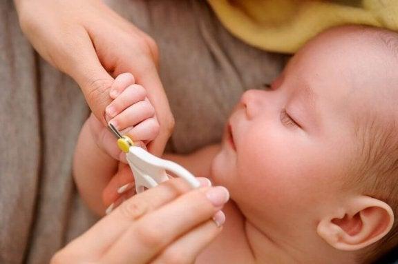 bebek tırnaklarını kesmek