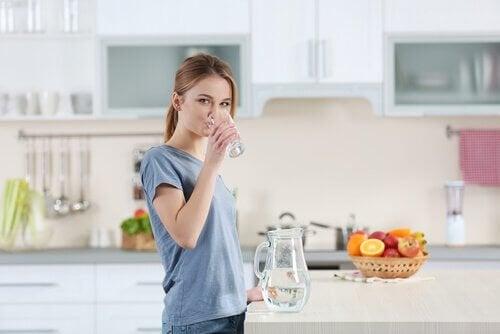 cildinizi nemlendirmek için su için