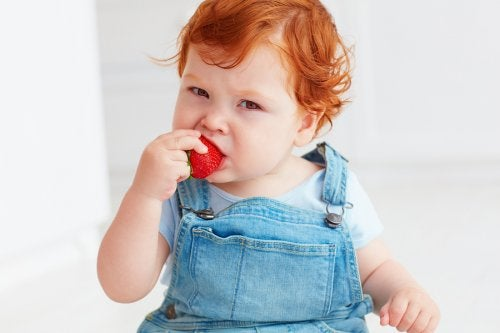 çilek yiyen bebek