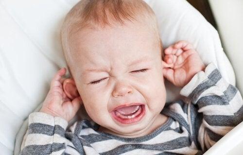 kulaklarını tutarak ağlayan bebeğin ağlamasına izin vermek