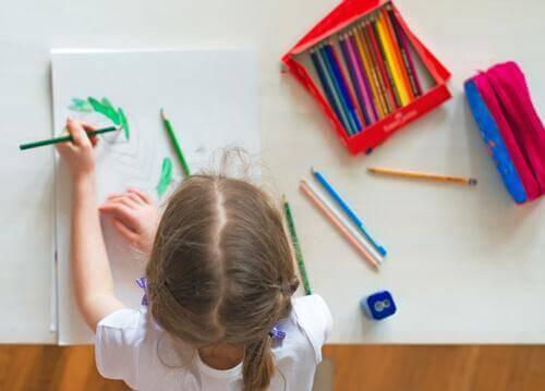 masasında resim çizen kız
