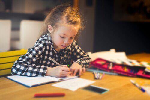 ödev yapan kız