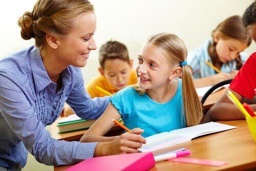 yardım eden öğretmen