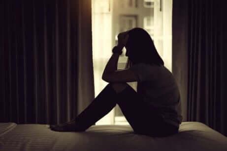 karanlıkta oturan kadın