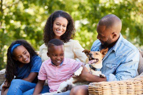 Köpekleri ile birlikte sosyalleşen aile