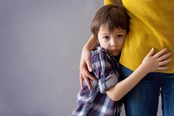 annesine sarılan utangaç çocuk