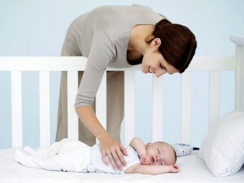 beşikteki bebeği seven anne