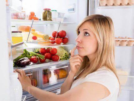 buzdolabının önünde duran kadın