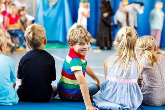 tiyatro aktiviteleri yapan çocuklar