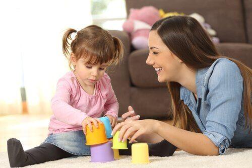 çocukla oynayan bebek bakıcısı