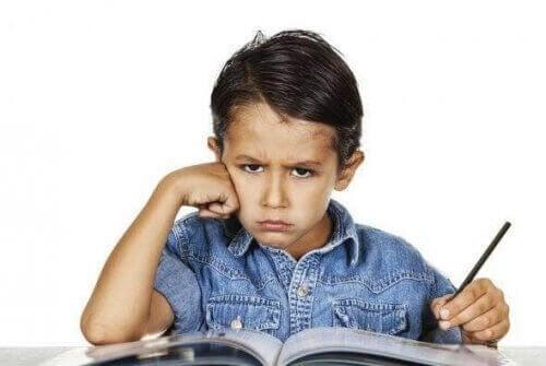 ders çalışan kızgın çocuk