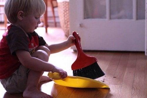 ev işi yapan çocuk