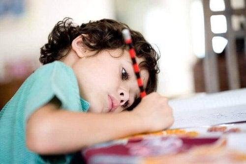 günlük rutinini yazan çocuk