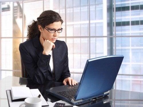 iş yerinde bilgisayar başında çalışan kadın