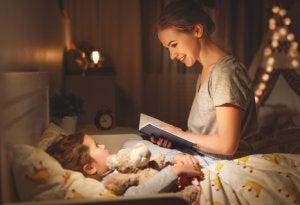 Yatmadan önce çocuğuna hikayeler okuyan anne