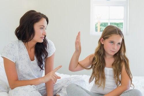 kızıyla tartışan kadın