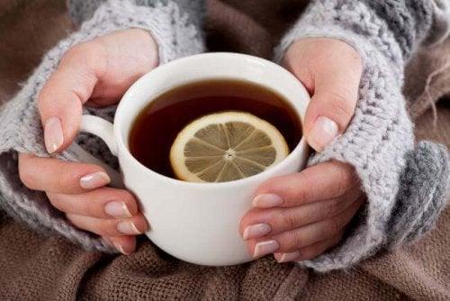 Limonlu çay içen kadın