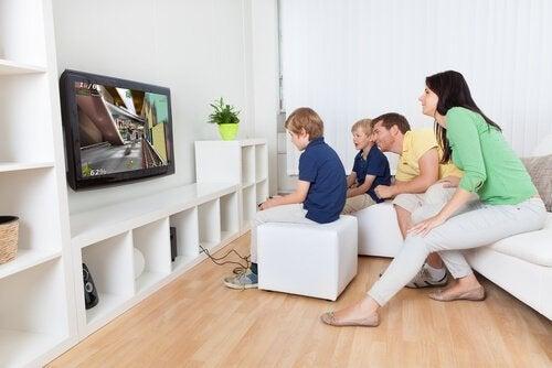 video oyunu oynayan aile