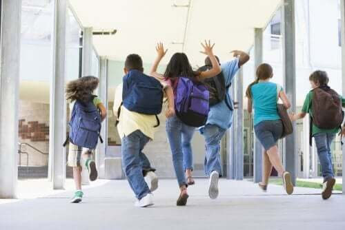 koridorda koşan çocuklar