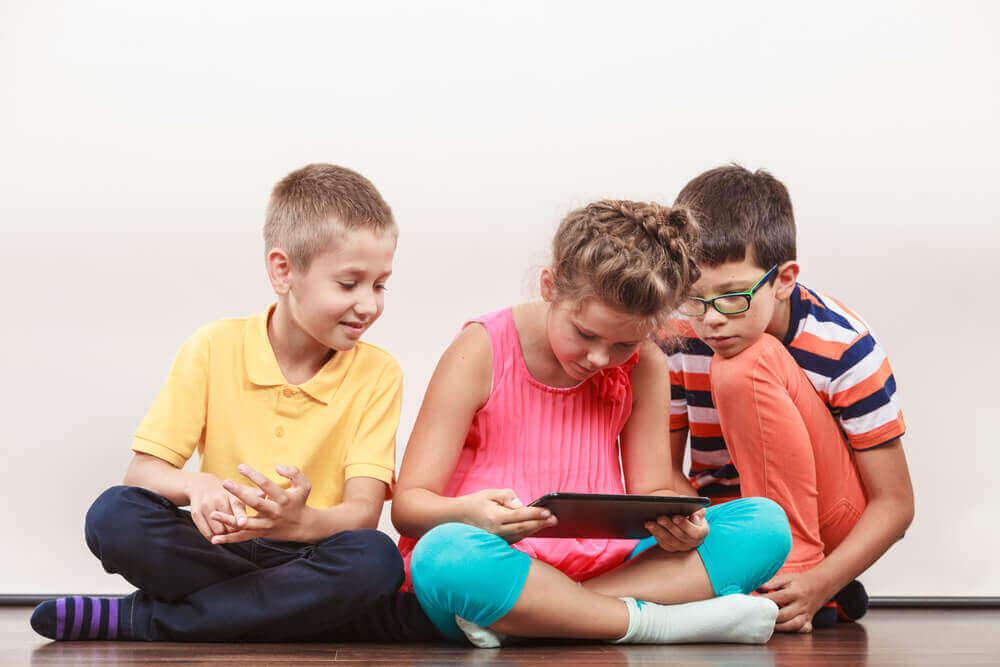 tabletle oynayan çocuklar