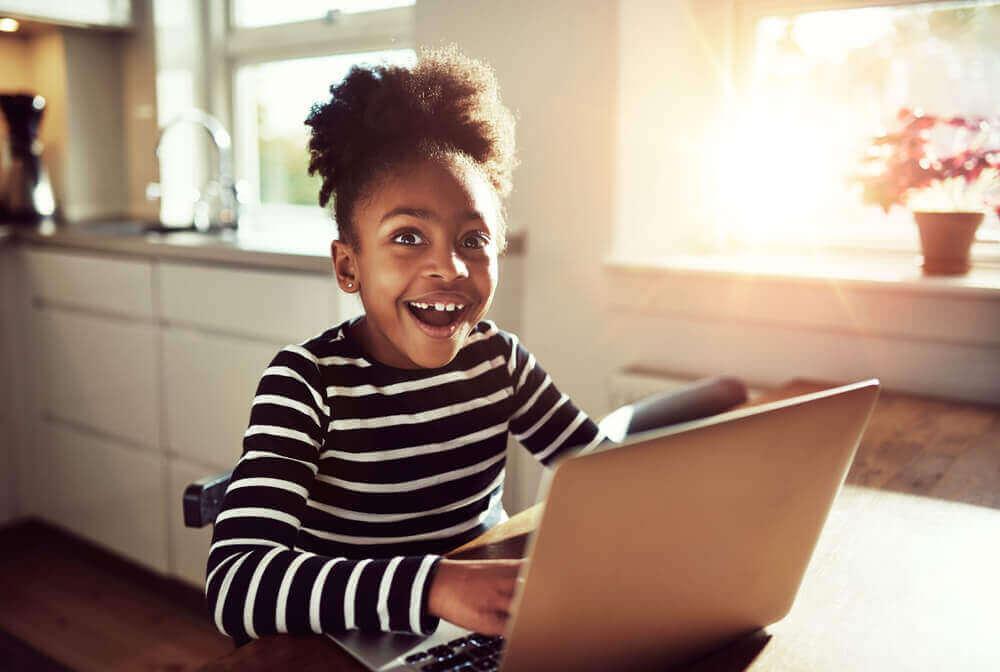 bilgisayar kullanan kız çocuğu