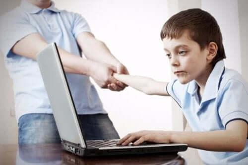 bilgisayar bağımlısı çocuk