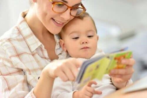 çocuğuna kitap okuyan anne