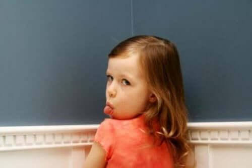 dil çıkaran çocuk