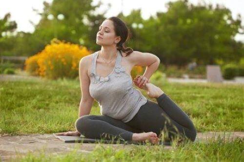 dışarıda yoga yapan kadın