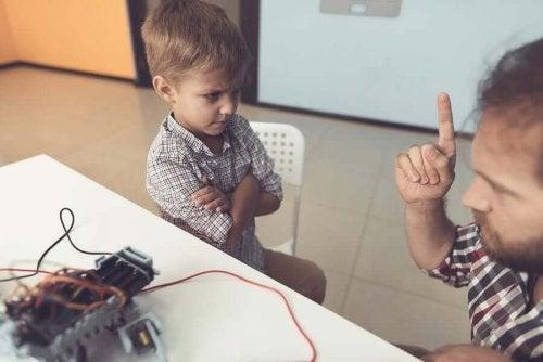 Ebeveynlerini Dinlemeyen ve Kötü Davranan Çocuklar