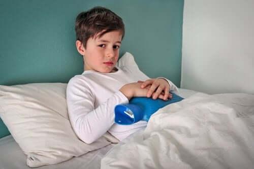 karnı ağrıyan çocuk