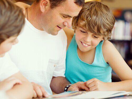 kitap okuyan aile