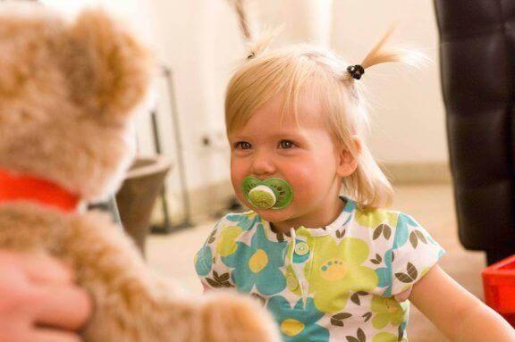 emzikli kız çocuğu ve oyuncak ayı