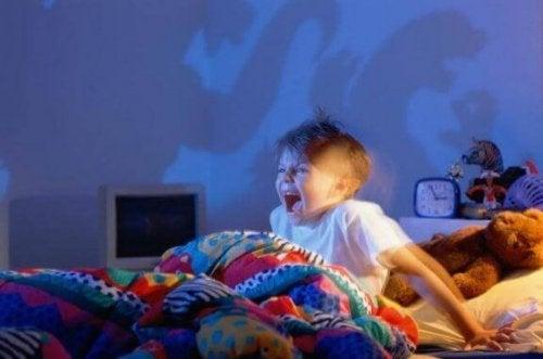 korkuyla uyanan çocuk
