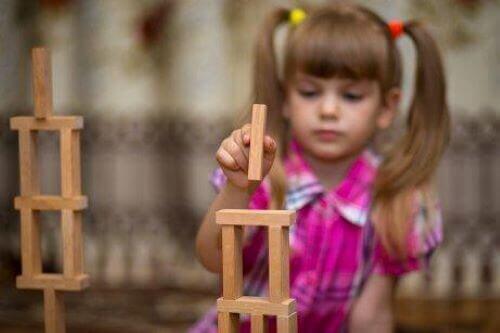 tahta oyuncaklarla oynayan kız