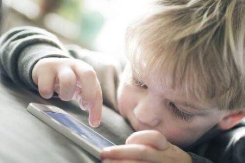 telefonla oynayan çocuk