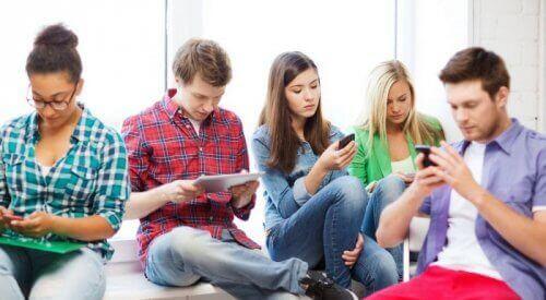 telefonları ile ilgilenen gençler