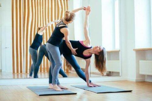 yoga duruşları yapan kadınlar