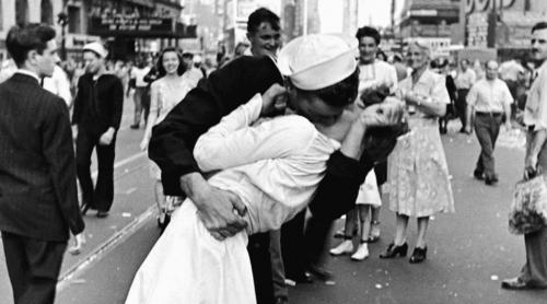 sevgilisini öpen asker