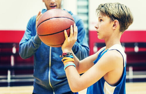 basketbol oynayan çocuk