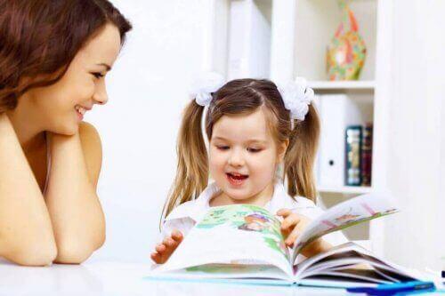 anne ve kızı hikaye okurken