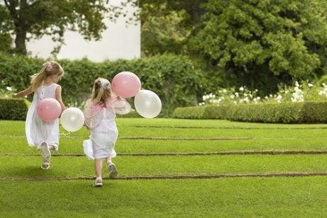 balonlu iki kız