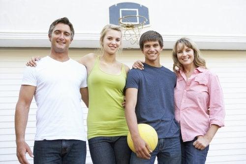 Garajdaki basket potası önünde poz veren aile